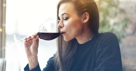 Alcohol and Humira: Side effects, risks, and safety